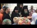 Батюшка Власий раздает гостинцы во дворе монастыря