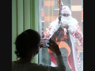 Деды Морозы и Снегурочки поздравили пациентов Морозовской больницы