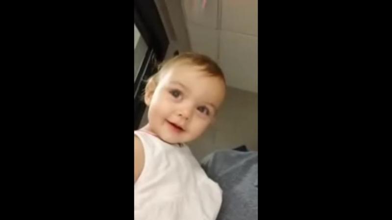 Маленькая девочка впервые знакомится с эхом