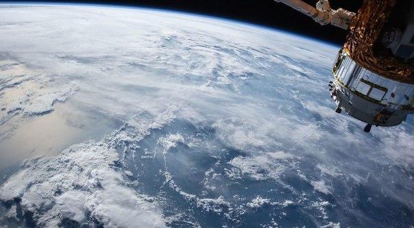 Космическая сеть ЦОД.  Американская компания Cloud Constellation объявила о том, что к 2019 году планирует создать первую сеть серверов для хранения петабайт данных на орбите Земли: habr.ru/p/302296/.