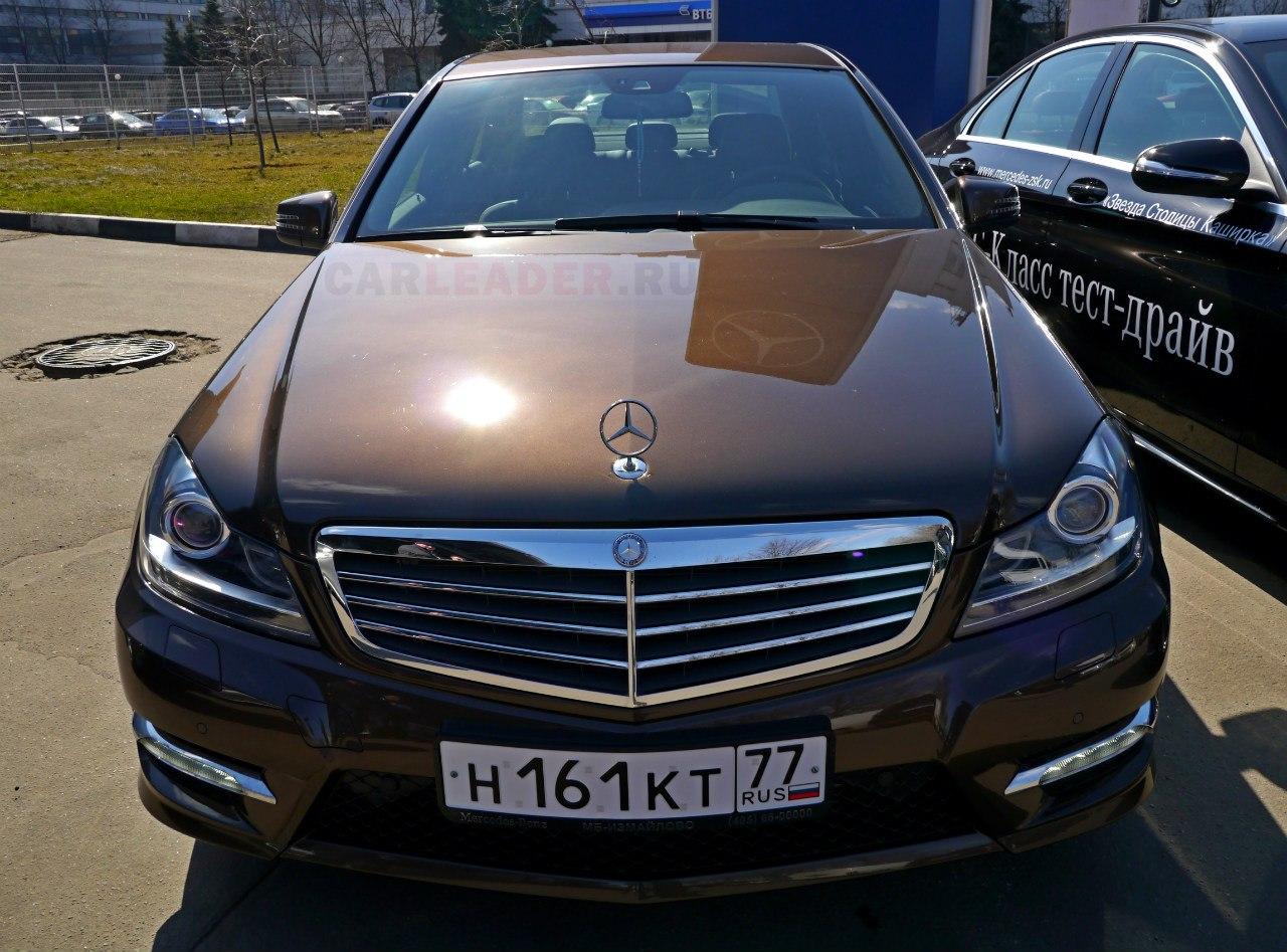 Углы дают форме Mercedes-Benz C 2013 брутальный вид.