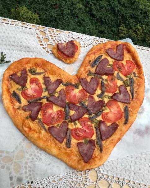 пицца для любимых тесто:1. вода - 90 мл2. дрожжи сухие - 4 г (1 ч.л)3. сахар - 1 ч.л4. соль - 1/2 ч.л5. оливковое масло - 1,5 ст.л6. мука - 150 г ,-начинка: на ваше усмотрение. у меня копчёная