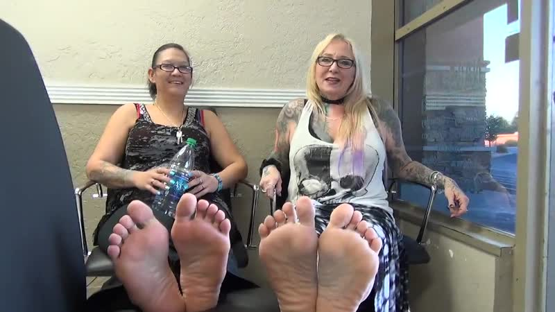 27 yo girl and mature 48 yo woman candid sexy pidicured soles feets)