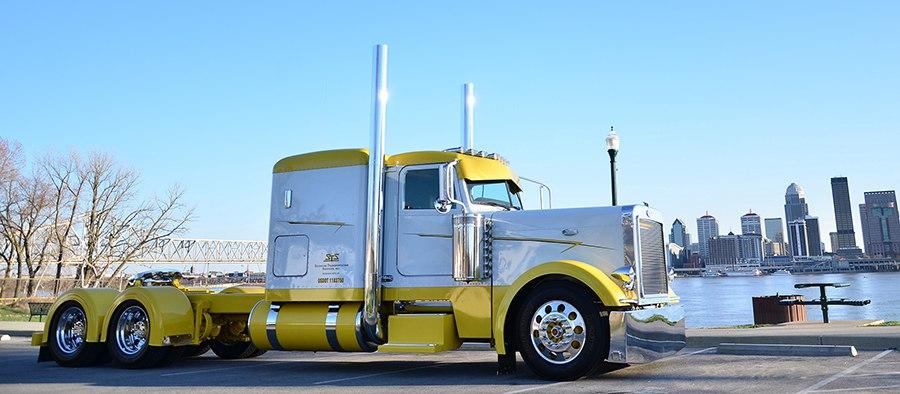 Красивый желтый грузовик