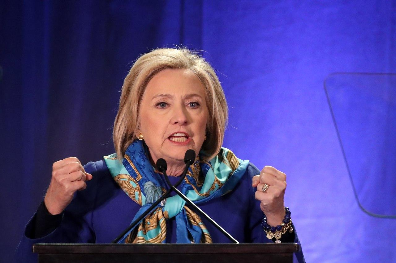 Клинтон выступила перед выпускниками Йеля с «русской шапкой-ушанкой»