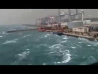 Мощные ливни вызвали наводнение в Саудовской Аравии. Затопленными оказались в том числе и такие города, как Мекка. Сообщается о двух погибших и множественных повреждениях автомобилей и коммуникаций.  16 november 2014