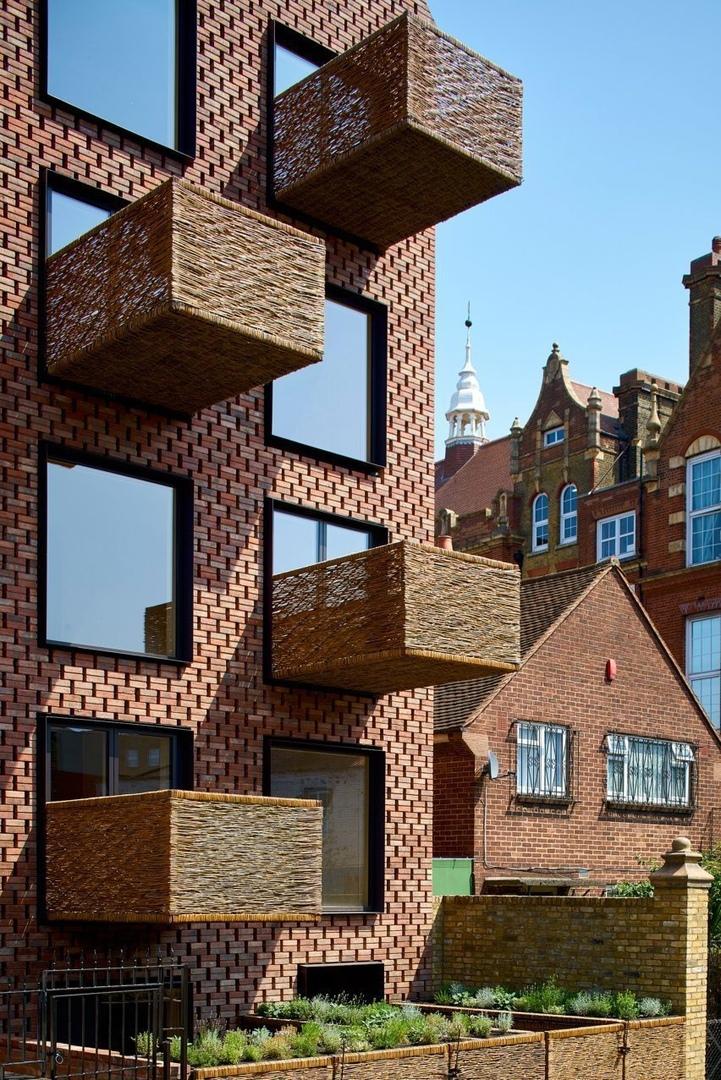 Шести-этажный остроконечными блок был разработан лондонским архитекторам Амин Таха между парой отдельно стоящих кирпичных зданий, Сток Ньюингтон, таких шесть квартир.