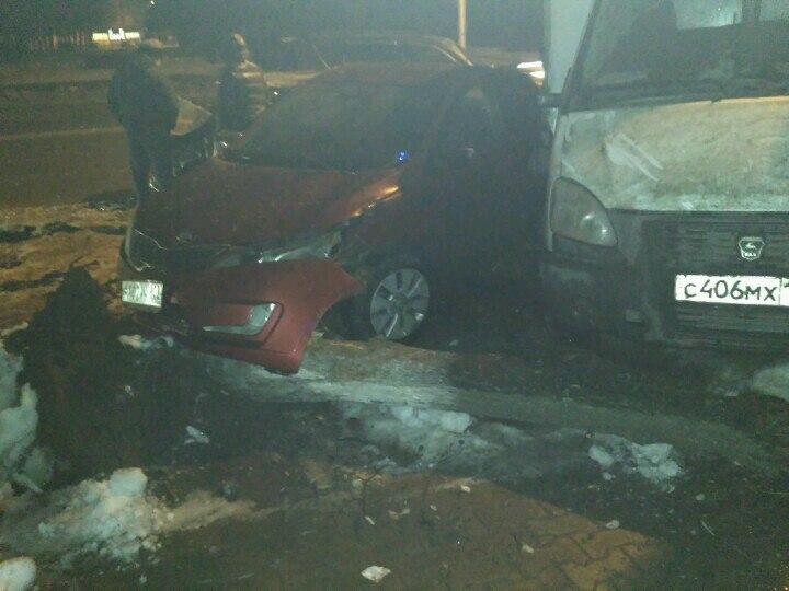 В Уфе «ВАЗ-21114» сбил дерево, а после врезался в  иномарку и «Газель»