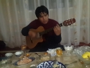 Asqar Erejepov Ashiq aspan qosiğin ayirim sebeblermen kõre taği birret aytti ãlbette janli hawazda gitarda