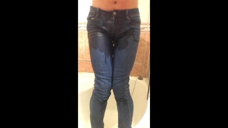 пописал в синие женские джинсы