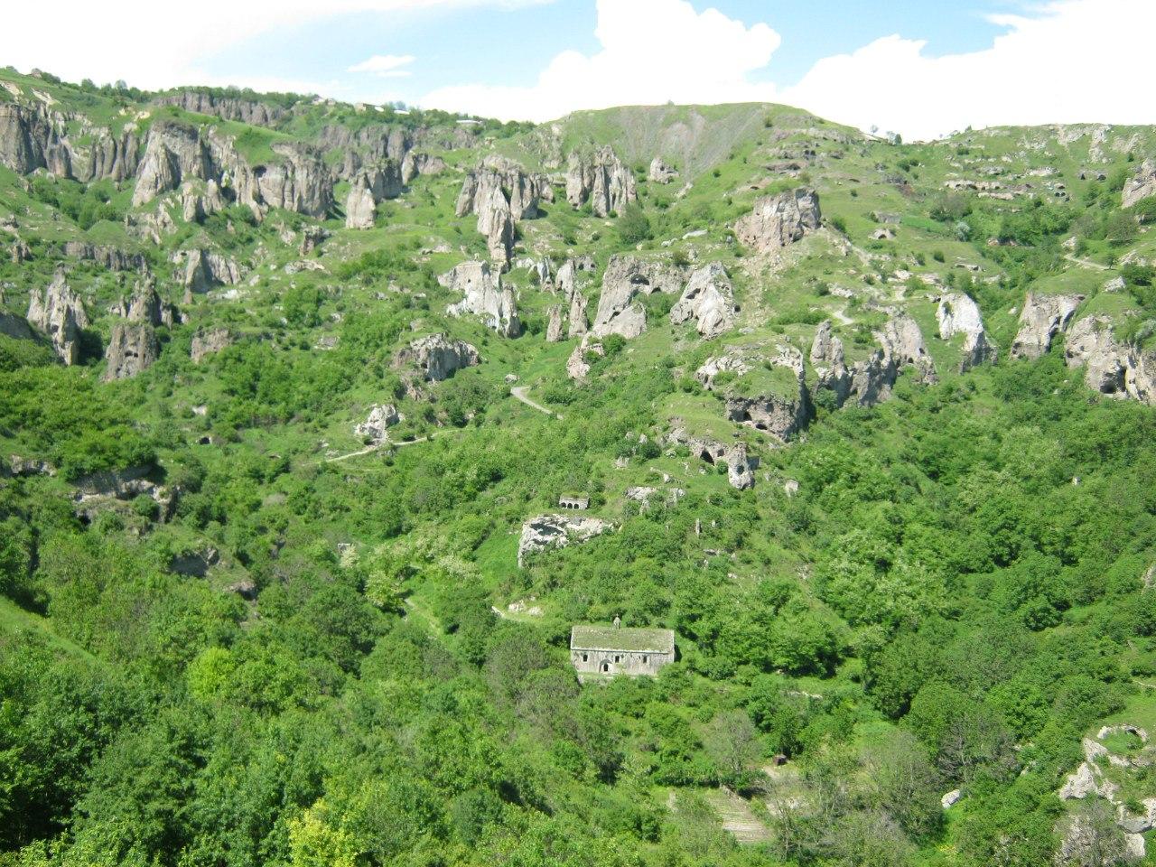 Старая часть села Хндзореск с пещерами