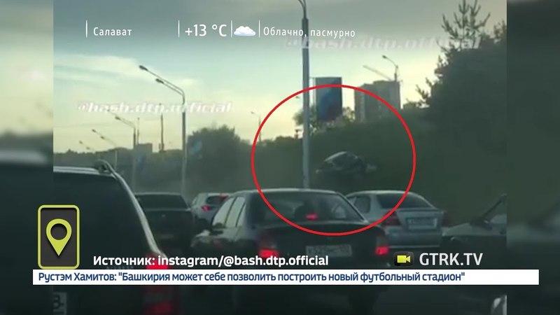 На проспекте Салавата Юлаева в Уфе водитель пытался объехать пробку по крутому склону