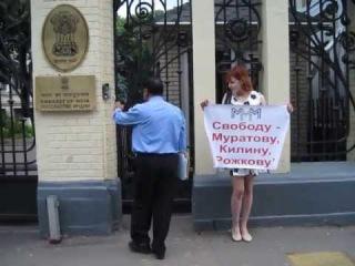 Малькова Ирина на пикете у посольства Индии