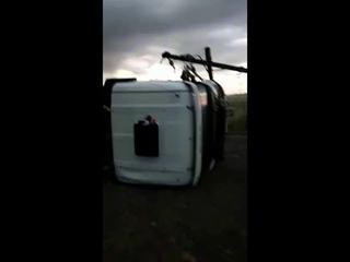 Increíble video: la furia del viento tumbó cinco camiones en una cantera de Azul - Parte 2