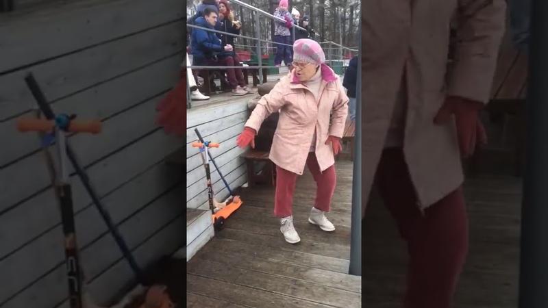 Бабушка в розовом танцует