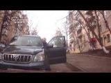 Киев- водитель Toyota Land Cruiser Prado и девушка не смогли разминуться на узкой улице...