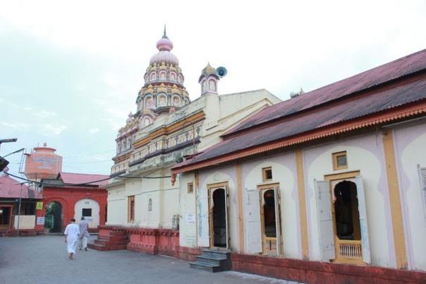 Деревня без дверей. Почему почитатели бога Шани не боятся воров В индийской деревне Шани Шингнапур есть банк, что само по себе довольно удивительно. Но документальные фильмы о Шани Шингнапур