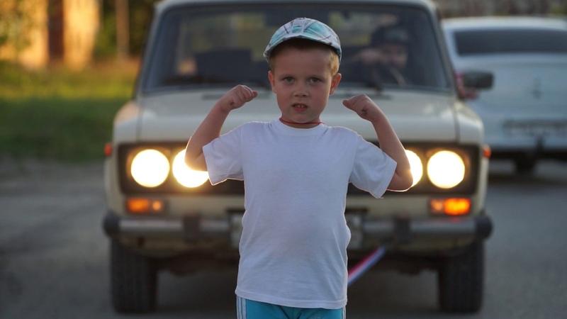Пятилетний богатырь буксирует ВАЗ 2106