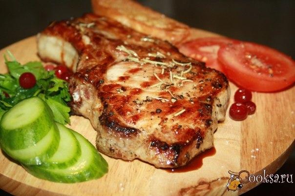 Мясо получилось настолько сочным, вкусным и ароматным, что муж, облизываясь, просил еще… и это невзирая на размеры стейка…
