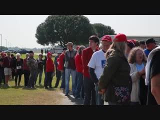 Zehntausende unterstützen trump bei wahlkampfveranstaltung in illinois