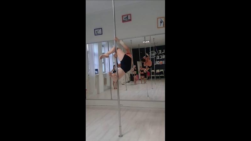 Упражнение на пилоне паучек