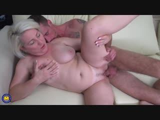Муж дрючит свою пышную жену на диванчике.Mature mom milf wife housewive husband hardcore pussy fuck blowjob cock dick sex порно
