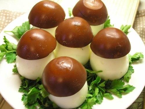 Грибочки-боровички Нам потребуется: 1. вареные яйца 2. баночка печени трески (можно и шпроты использовать запросто, но с печенью нежнее получается) 3. майонеза чуть-чуть, где-то 1ч.л. 4. зелень для украшения Итак, берем вареные яйца и разрезаем их так, чтобы получилось 2 части: 2/3 (тонкая часть) и 1/3 (более толстая часть). Меньшая часть - это будет шляпка нашего гриба. Большая - ножка. Вынимаем из половинок яичный желток в отдельную мисочку. Далее делаем крепкий чай и кидаем туда наши шляпки…