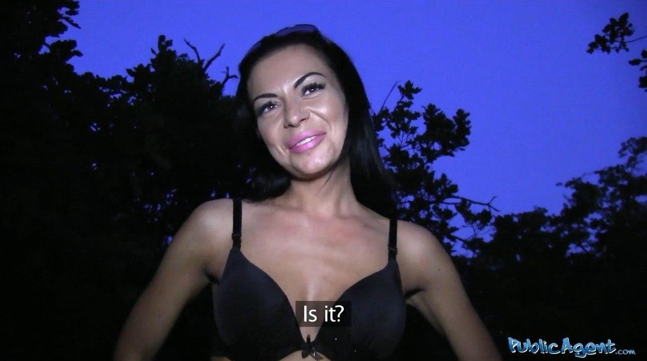 PublicAgent Irina E306 Стройная брюнетка встала раком
