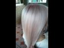 Экспресс тонирование волос. 🔻В каких случаях рекомендую? В том случае, когда вы блондинка 9-11 уровня светлоты, когда у вас растяжка цвета (омбре, балаяж, шатуш и т.п.) и светлая длина или концы. 🔻Зачем это тонирование? Да затем, что светлые оттенки смываются достаточно быстро с волос (это вам не чёрный и не коричневый цвет, от которого сложно избавиться😬). Плюс пористая структура после осветления или обесцвечивания волос, что тоже способствует «вымыванию» цвета. И, если вы любите пользоваться частенько стайлерами - утюжком или плойкой, то цвет тоже быстро «выгорает» из-за высоких температур. 🔻Почему экспресс тонирование? Да потому что выполняется быстро, просто и легко! Главное следовать инструкции☝🏻. Делать это тонирование можно хоть раз в две недели (я так делаю), и за счет времени выдержки красителя на волосах вы не повреждаете структуру и не «сушите» волосы краской, а наоборот,- придаёте блеск волосам, корректируете фон осветления, за счёт пресадок (аминокислотные защиты, специальные масла, кератин лосьон) добавленных в красящую смесь, уплотняете на некоторое время волосы. Но не забывайте, что это способ тонирования или поддержания оттенка, а не основное окрашивание волос! Вообщем читаем дальше 😉. 🔻За счёт чего так быстро тонирует? За счёт определенных техник и за счёт того, что на уже светлых волосах полимеризация цвета (окисление и проявление красящих пигментов) происходит быстро, поэтому эти техники тонирования подходят только для блондинок. Напишу 2 варианта, которые мне больше всего нравятся. Не забываем, что это не заменяет полноценное окрашивание, а помогает «сохранять» красивый цвет. 🔻Color Glaze (глазирование цветом). 🔻Color bath (цветовая баня, «купание волос цветом»).ПРИМЕР 🔻Color Glaze. Глазирование цветом- принцип этого тонирования состоит в том, что берём краситель с уровнем светлоты 4-7, желаемым цветовым нюансом (например .29, .14, .13, .22, .5, .1) это зависит от того, какую базу хотим тонировать и какой оттенок хотим получить. Далее берём 1,5%