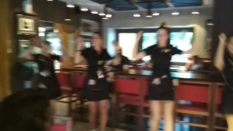 Так весело в Hard Rock Cafe - танцуют все))