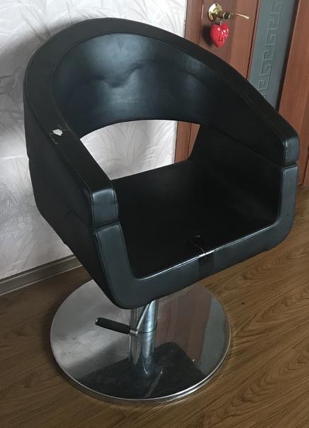 Парикмахерский стул и стол для маникюра