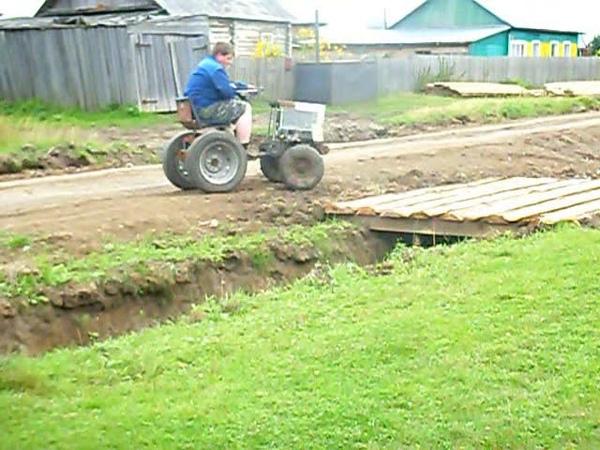 Видио из архива. Самодельный мини трактор, неудачная самоделка.