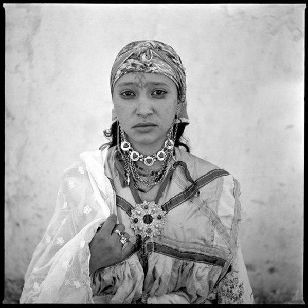 Нарушая законы и традиции. Эти фотографии Marc Garanger сделал в Алжире во время войны за независимость (1954-62). Однажды он получил задание: сделать фото всех жителей, находящихся в лагере под