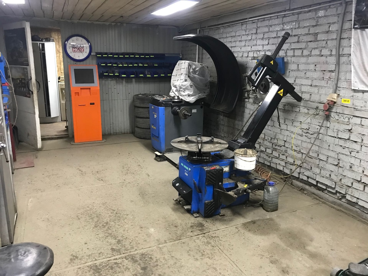 Современное оборудование для шиномонтажа в Шинном центре МВБ, Луховицы, 136 км трассы М5