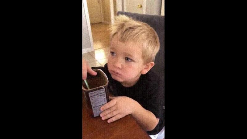 Мальчик попробовал настоящий 100% какао-порошок без сахара