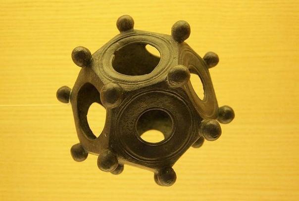 Римские додекаэдры Жители регионов, находившихся когда-то под влиянием Римской империи, обнаруживают загадочные предметы (к настоящему моменту их найдено около 100). Бронзовые и каменные полые