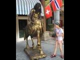 Прикол - статуя напугала японскую туритку