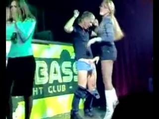 В клубе отсосала в конкурсе, смотреть порно мужик с большими яйцами
