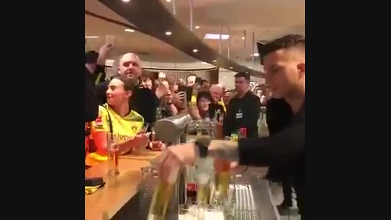 Ройс наливає пиво вболівальникам