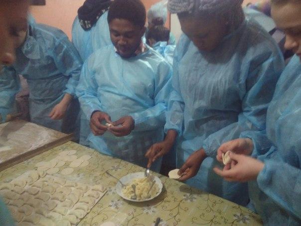 Тернопільські чорношкірі студенти ліпили вареники для бійців АТО - фото 1