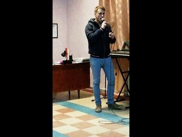 Девчонки для вас поёт этот парень песню Омут твоих глас Посмотрите и послушайте Круто поёт