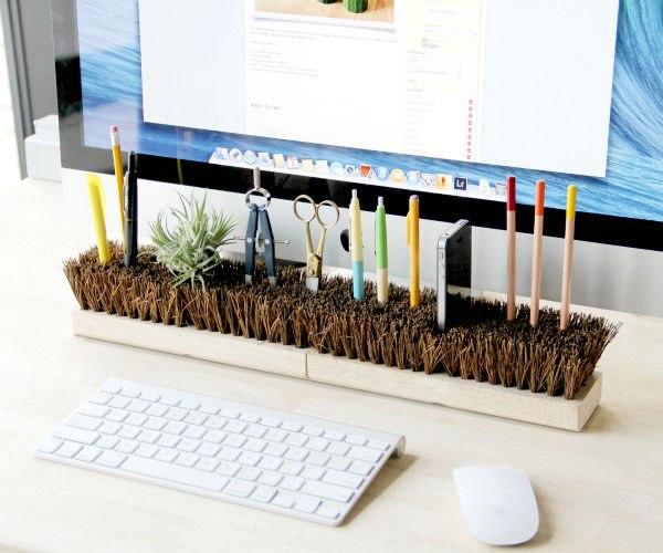 Обычная щётка решит вопрос организации пространства на рабочем столе. Если применить лайфхакерский подход, конечно:)