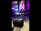 Сабрина выступает в студии радио «103.5» в Чикаго (6.12.16).
