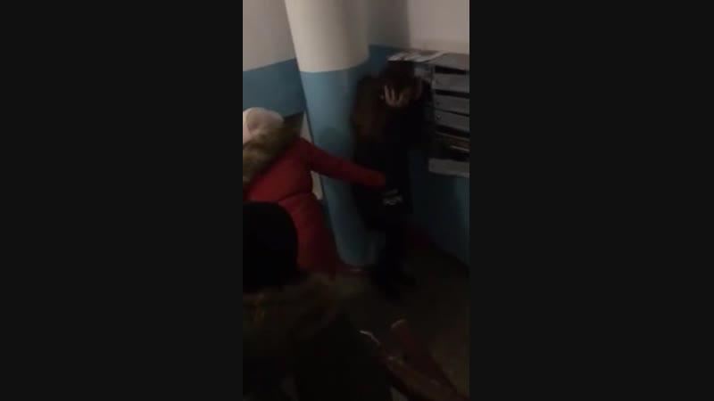 Восьмиклассница избивает девочку в Излучинске