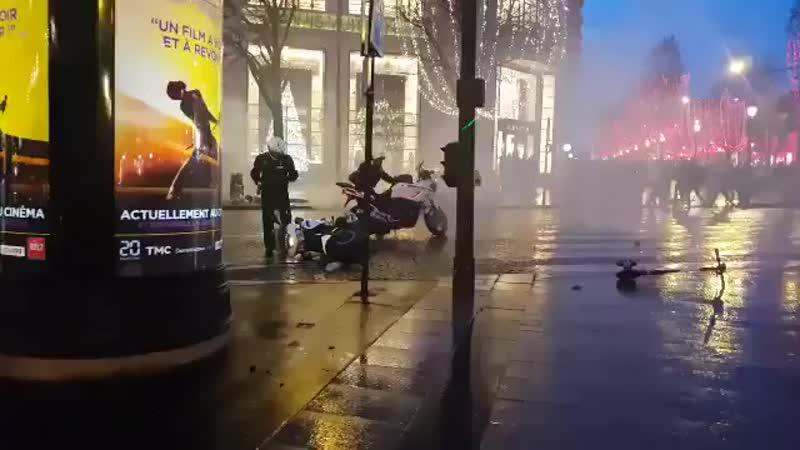 Champs Élysées La police abandonne la moto et fuit pour ne pas être roué de