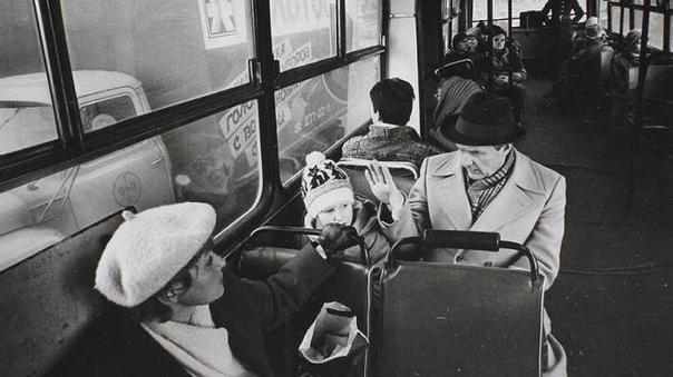 Ксения Собчак едет в автобусе с родителями.