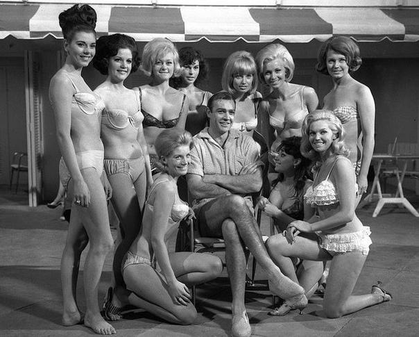 Фото со съёмок третьего фильма бондианы «Голдфингер» Шон Коннери в окружении прекрасных дам. 1964 год