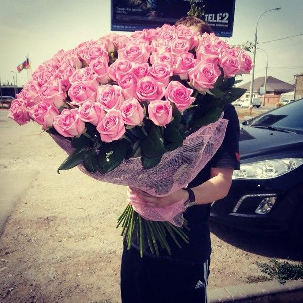 светловолосая девушка без лица с букетом цветов