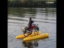 Парень чистит городские каналы на водном велосипеде