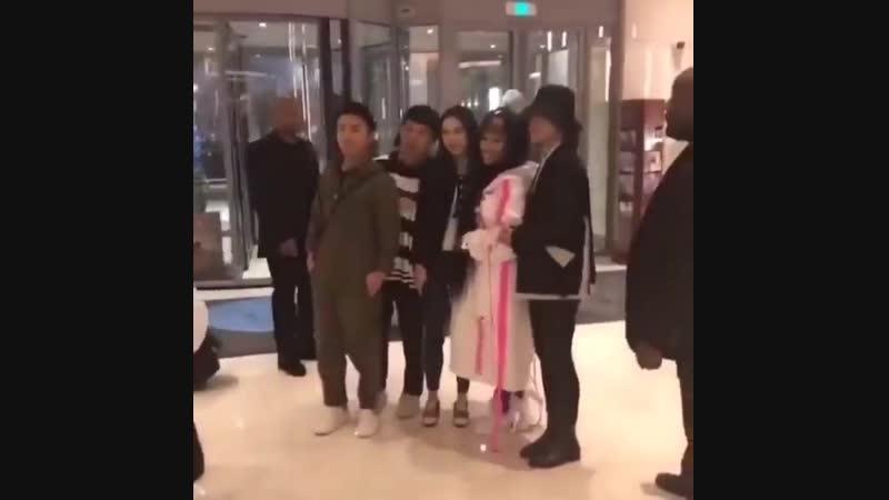 Ники с фанатами в Шанхае, Китай.